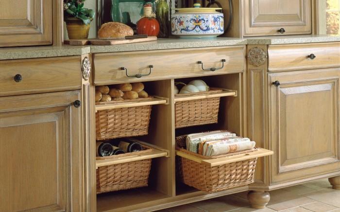 Ако добавите кошници или чекмеджета към дълбоки шкафове, можете да постигнете поразителен ефект.