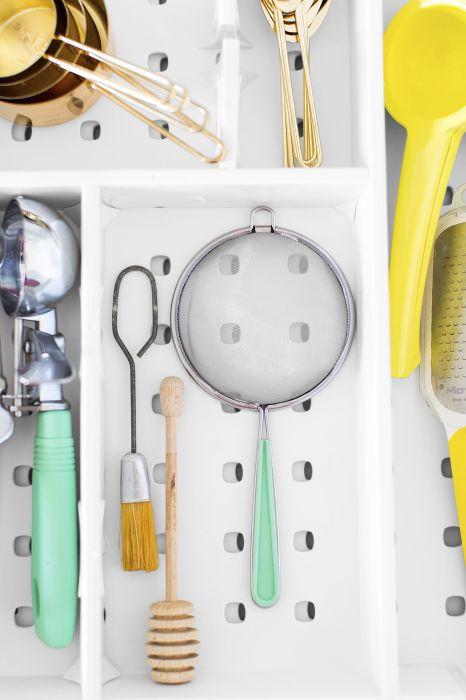 Разделителите за чекмеджета са много полезни в малки кухни
